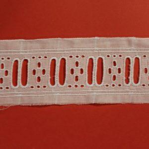 Entredos de tira bordada recto